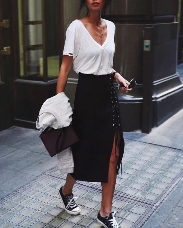Nếu bạn muốn vẫn thật nổi bật mà giữ nguyên được sự thanh lịch, váy đan dây là đáp án dành cho bạn.