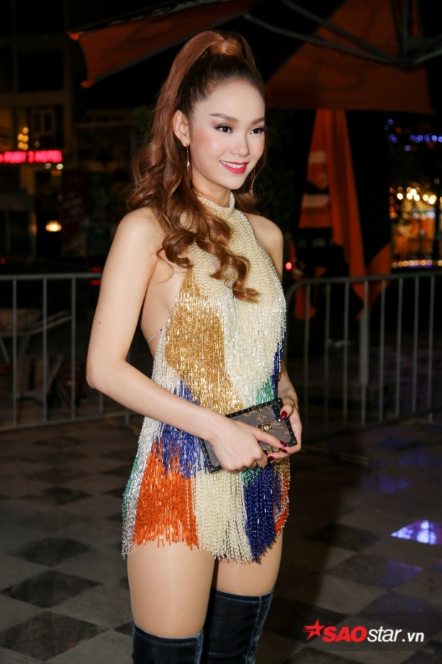 Cô vô cùng xinh đẹp trong bộ váy lấp lánh.