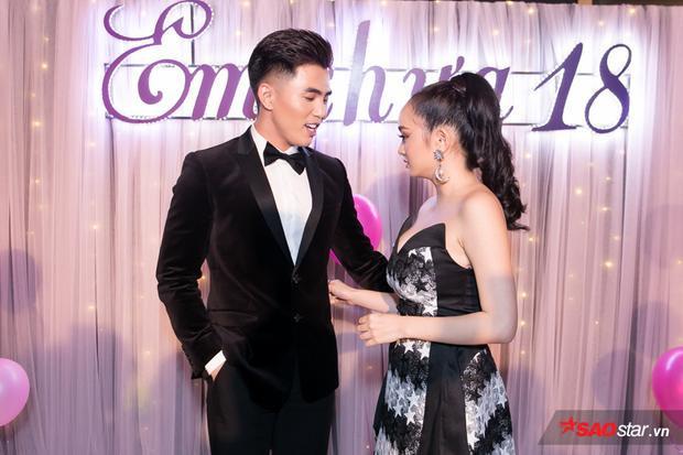 """Will thân mật trò chuyện với """"bạn gái tin đồn"""" Kaity Nguyễn trong sự kiện."""