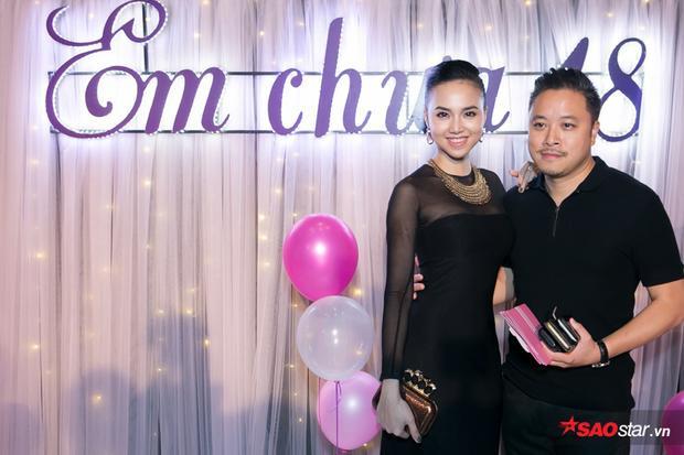 Vợ chồng đạo diễn Victor Vũ khá tình tứ. Anh vừa kỷ niệm 1 năm ngày cưới cách đây không lâu.