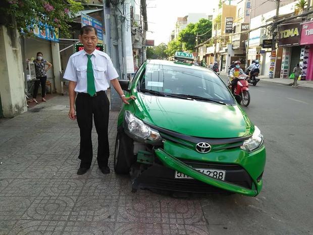 Bác tài xế dũng cảm và chiếc taxi bị hư hỏng sau cú đâm.