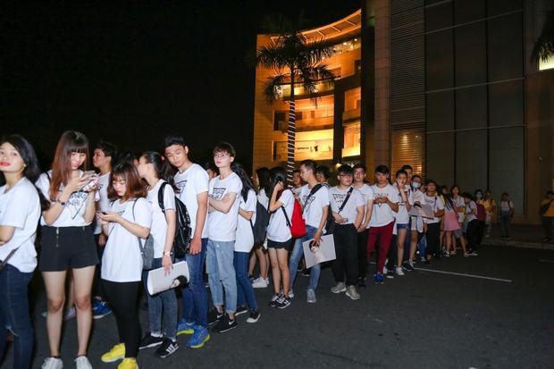 Dù 8h tối chương trình mới bắt đầu nhưng từ 4h chiều, rất đông người hâm mộ đã tập trung xếp hàng chờ đợi Đông Nhi.