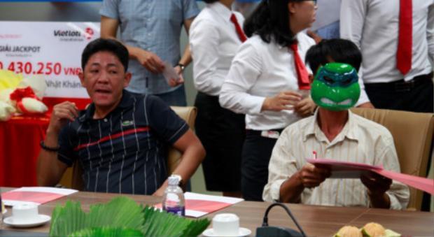 Ông Khánh và ông H. trong buổi trao giải thưởng