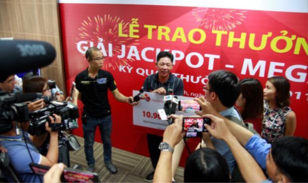 Ông Khánh trong vòng vây của báo chí