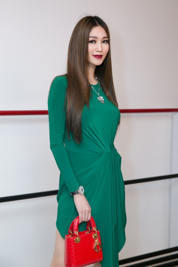 Khánh My xuất hiện với trang phục gợi cảm, tôn lên những đường cong quyến rũ và thu hút mọi ánh nhìn.