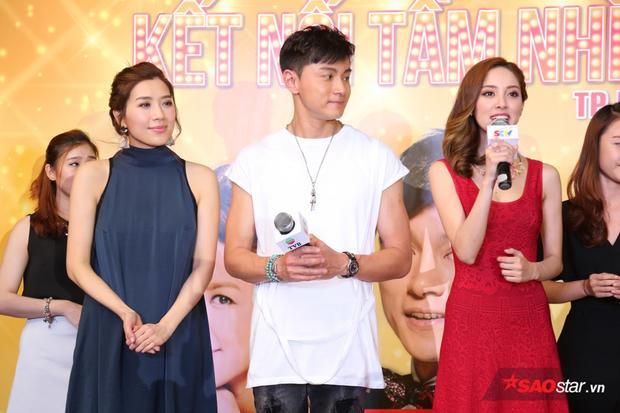 Huỳnh Hạo Nhiên diện áo thun trắng cùng quần jean năng động, trẻ trung. Khi được fan khen ngoài đời anh trẻ và đẹp trai hơn trong phim, nam diễn viên đã bật cười, đồng thời nói cảm ơn mọi người. Trước khi thành danh ở lĩnh vực phim ảnh, nam diễn viên điển trai hoạt động trong vai trò người mẫu.