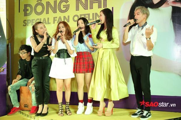 Học trò The Voice quây quần bên HLV Đông Nhi trong buổi fan meeting