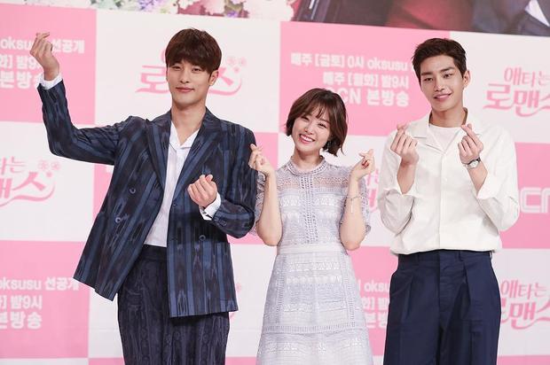 """Song Ji Eun khá """"lọt thỏm"""" khi đứng giữa hai anh bạn diễn điển trai trong phim."""