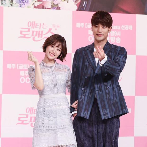 Hình ảnh cặp đôi trong lễ ra mắt phim. Dù đi giày cao gót nhưng Ji Eun vẫn chỉ đến cổ Sung Hoon.