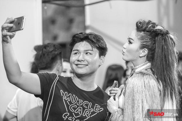Nữ ca sĩ thân thiện selfie cùng fan.