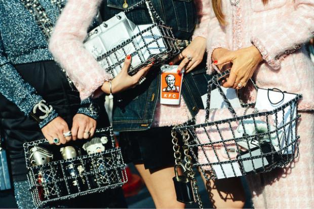 Mẫu túi xách mô phỏng chiếc làn đi chợ trong BST Thu Đông 2014 của Chanel có mức giá lên đến 266 triệu VNĐ.