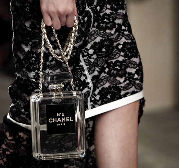 Không chỉ có Moschino, Chanel cũng là 1 trong những hãng có nhiều phụ kiện lạ được săn đón. Mẫu thiết kế túi xách tái hiện hình ảnh lọ nước hoa Chanel no.5 huyền thoại với 2 màu đen, trắng thuộc bộ sưu tập Resort 2014 đã gây nên cơn sốt và trở thành một trong những chiếc túi xách được săn lùng nhiều nhất trong làng thời trang.