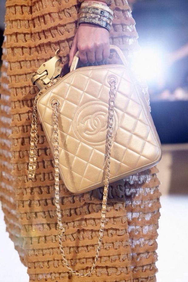 Sau đó, Chanel tiếp tục ra mắt mẫu túi hình can dầu màu vàng cát trông vô cùng xa hoa tại show diễn tổ chức ở đất nước xa xỉ Dubai.