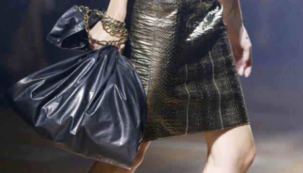 Lanvin lại lăng mê chiếc túi xách trông như… túi rác. Nó cũng có mức giá đáng ngạc nhiên, hơn 30 triệu VNĐ.