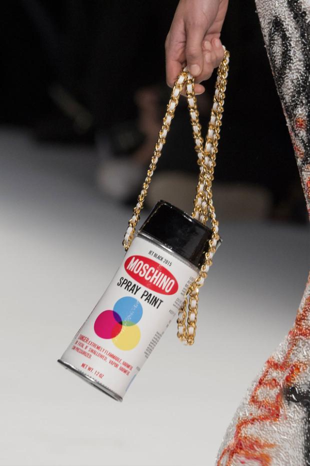 Sự hài hước và sáng tạo không ngừng nghỉ của Moschino còn được thể hiện qua mẫu túi bình xịt để vẽ graffity hay…