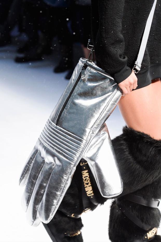 """Thậm chí hãng này từng có cả chiếc túi xách hình găng tay khổng lồ trông cực """"điên rồ""""."""