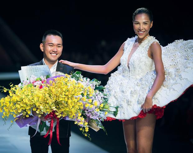"""Tính tới thời điểm hiện tại, Lê Thanh Hòa là NTK đầu tiên tung ra 2 """"chiến binh"""" quan trọng trong bộ sưu tập của anh cho lần tham dự VIFW 2017."""
