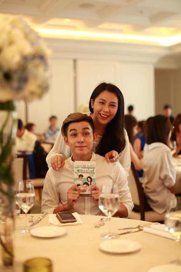 Buổi ra mắt còn có sự góp mặt của Jun. Nhà văn Gào từng có thời gian làm quản lí cho nhóm 365 từ những ngày đầu nên mối quan hệ của cô cùng các chàng trai cho đến nay vẫn vô cùng thân thiết.