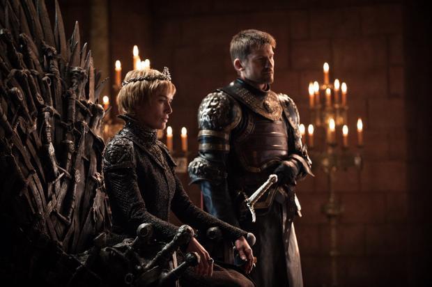 Nữ hoàng mới lên ngôi Cersei đang ngự trên Ngai Sắt, bên cạnh là em trai kiêm tình nhân bí mật Jaime. Dù không đồng ý với cách hành xử tàn bạo của Cersei nhưng Jaime vẫn tiếp tục giúp đỡ cô. Nhưng sự bất bình âm thầm này sẽ kéo dài trong bao lâu?