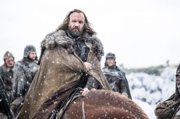 Nhân vật vừa tái xuất Sandor Clegane đang trên đường đi thực hiện nhiệm vụ, có khả năng là cho vua Jon Snow.