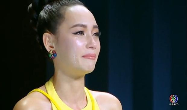 Bee Namthip không ngừng rơi nước mắt khi nhận xét về từng thí sinh đội mình.