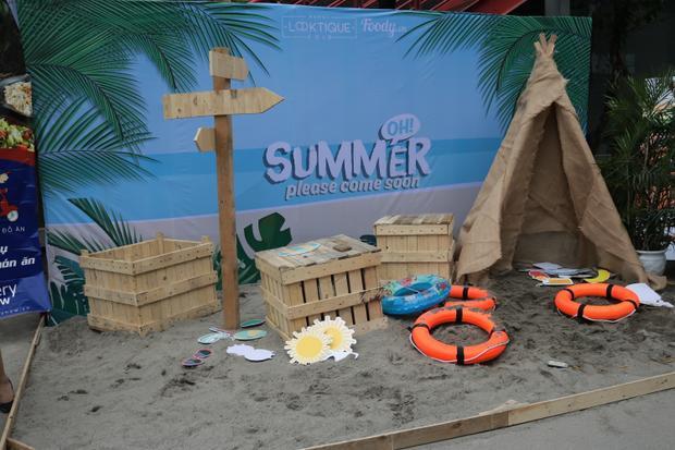 Bãi biển mini chào mùa hè được dựng ngay cổng đi vào của khu ăn uống.