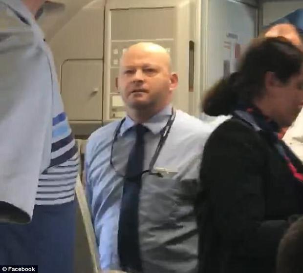 Nam tiếp viên hàng không hung hãn thách thức hành khách đánh nhau với mình.