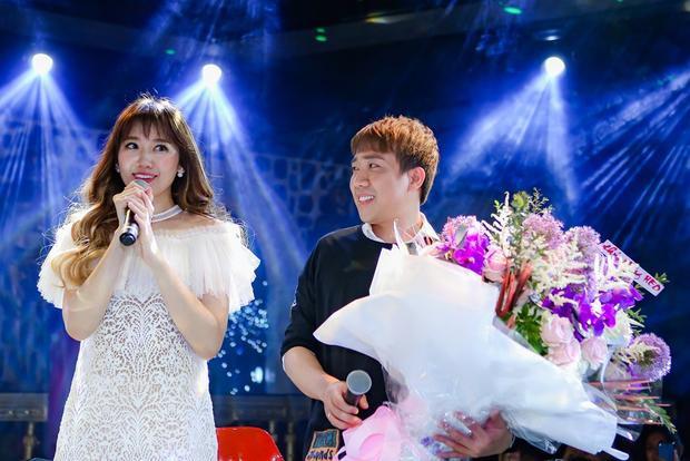 Trấn Thành khiến fan ghen tỵ khi ngọt ngào dành tặng bó hoa cho bà xã.