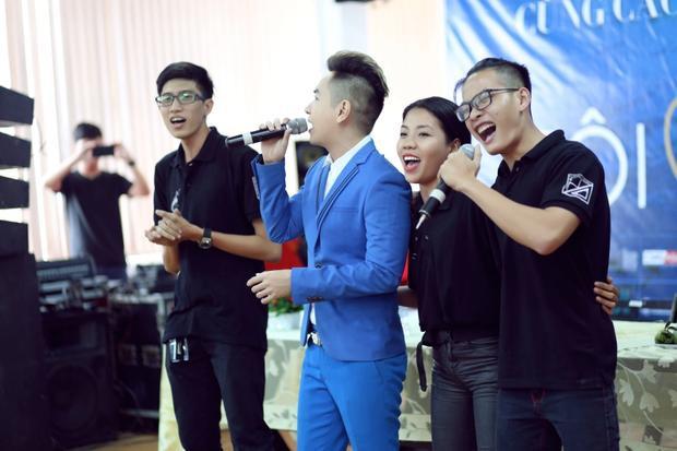 Việt Quang không chỉ hát mà còn giao lưu gần gũi với các bạn sinh viên, xóa bỏ khoảng cách giữa khán giả và nghệ sĩ.
