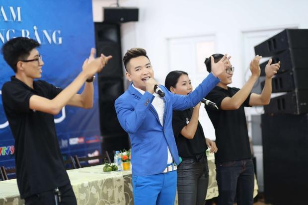 Vẫn là một Việt Quang trẻ trung, lịch thiệp trong bộ vest hiện đại, nam ca sĩ gây ấn tượng với các khách mời tham gia cùng sinh viên bởi cách nói chuyện dí dỏm, thân thiện cùng giọng ca vẫn khỏe khoắn, nội lực như cách đây 10-15 năm về trước.