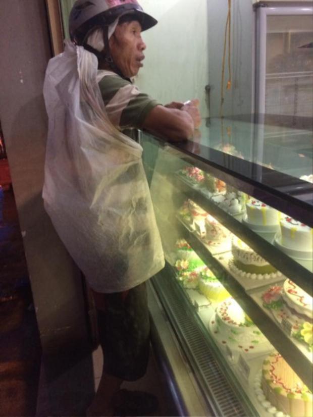 Dù lấm lem, nghèo khó nhưng người cha này vẫn muốn tặng con gái chiếc bánh sinh nhật to đẹp nhất.