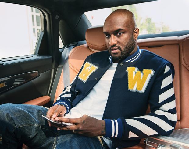 """Bạn biết không, Virgil Abloh từng là cánh tay đắc lực của """"gã khùng làng mốt"""" Kanye West. Không những thế, Virgil còn là cựu giám đốc sáng tạo của chuỗi thời trang ứng dụng Yeezytrước khi bung ra và khuynh đảo Off-White trên thị trường."""