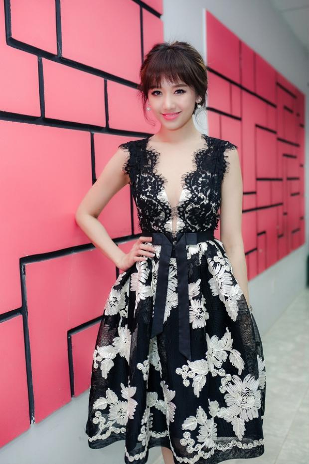Hình ảnh mới nhất của Hari Won trong trang phục của NTK Minh Huyền đầy mê hoặc.
