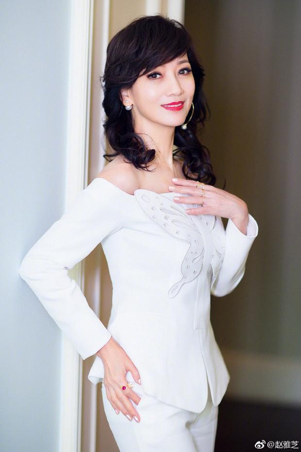 Với bộ trang phục trắng tinh, dáng người thon thả, mỹ nhân gạo cội của làng giải trí Hoa ngữ tỏa ra khí chất kiêu sa, thanh lịch.