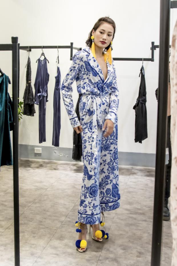 Cô nàng cũng lựa chọn cho mình bộ trang phục với họa tiết gốm sứ vô cùng độc đáo.
