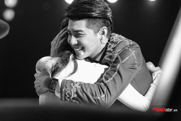 Ôm chặt Han Sara trong hạnh phúc khi cô bé được HLV Đông Nhi cứu về đội.