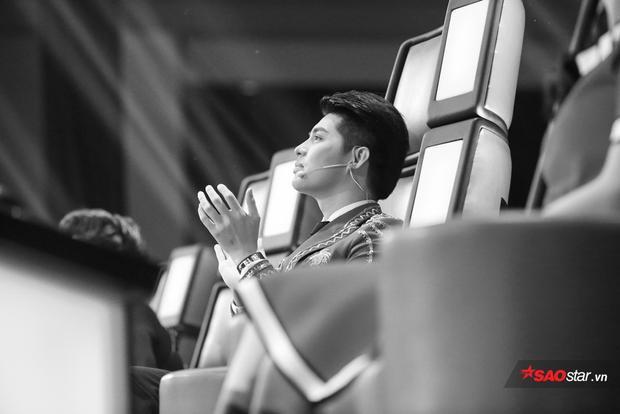 Noo Phước Thịnh hạnh phúc khi xem học trò trình diễn trên sân khấu.