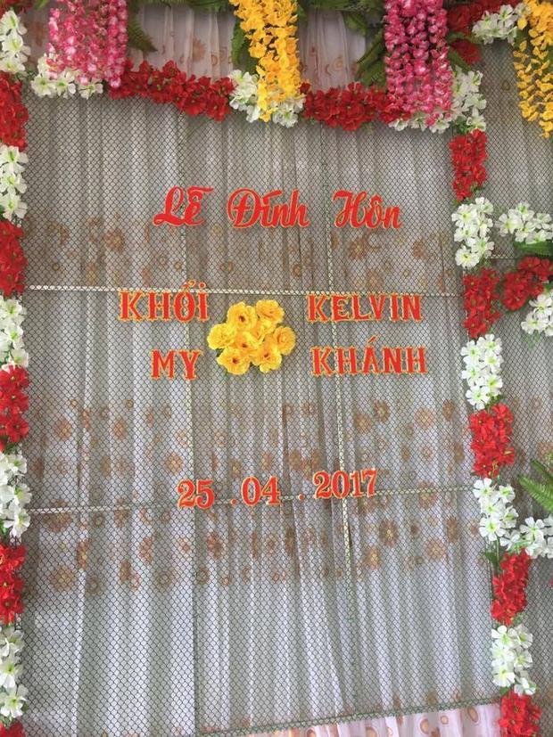 Cổng hoa đặt trước nhà hàng được thiết kế đơn giản.