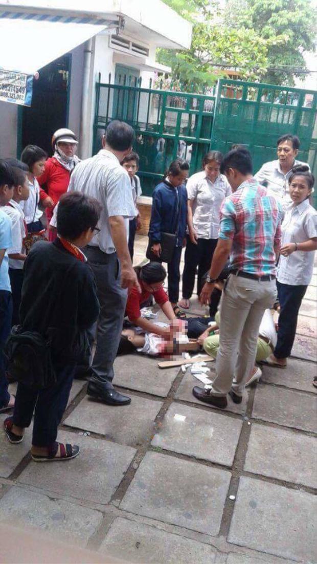 Nữ sinh bị thương đang được sơ cứu trước khi tơi viện.