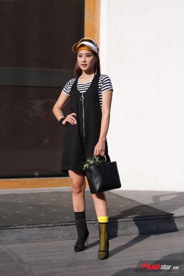 Hoàng Yến Chibi nhập cuộc với style bất đối xứng khi cô chọn tất chân màu nọ màu kia, thế nhưng với outfit này cô hoàn toàn mờ nhạt trước những tín đồ thời trang khác.