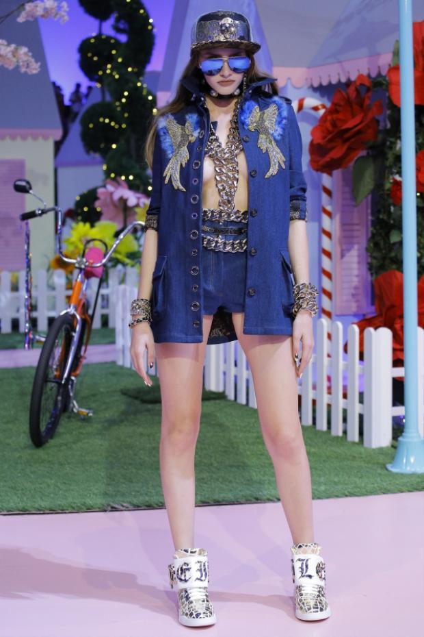 Trang phục Jolie Nguyễn diện nằm trong BST Xuân Hè 2017 của nhà mốt Philipp Plein. Độ chất và cá tính trên toàn set đồ đến từ chất liệu Denim hòa phối cùng phụ kiện xích vàng độc đáo .