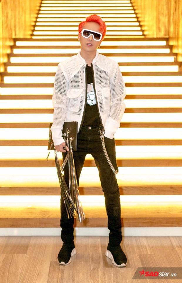 Stylist Kye Nguyễn chất chơi vô đối với mái tóc nhuộm đỏ cùng mắt kính robot gọng trắng tông xuyệt tông với áo khoác lưới. Clucth cầm tay từ thương hiệu Liusince 2010. Đôi giày sneaker thương hiệu Balenciaga - món đồ hot trend của giới trẻ được anh nhanh tay tậu.