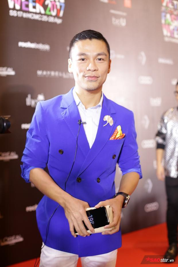NTK Adrian Anh Tuấn chọn suit màu xanh nổi bật, lịch lãm với style quý ông thành đạt.
