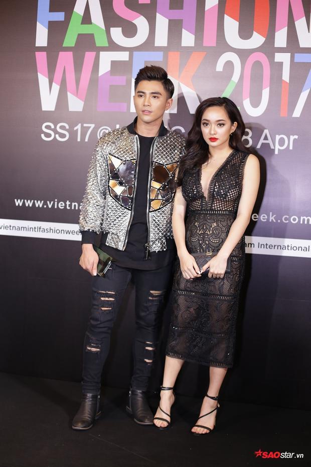 Will cùng Kaity Nguyễn tình tứ với trang phục chỉn chu của nhà mốt Chung Thanh Phong có mặt tại sự kiện từ rất sớm. Sau tiếng vang từ bộ phim Em chưa 18 dường như cặp đôi chăm chỉ xuất hiện cùng nhau hơn.