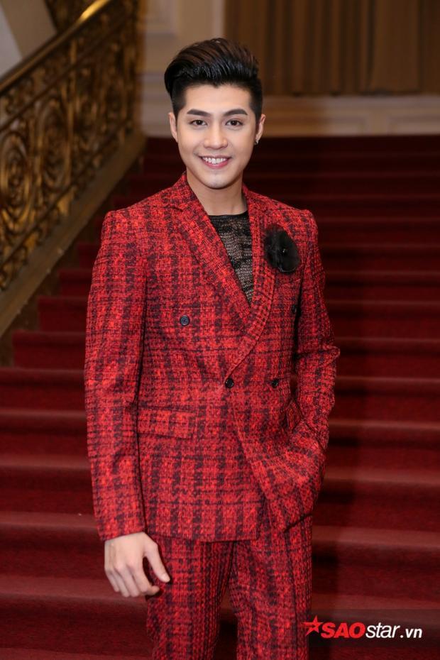 Cùng chung hạng mục Ca sĩ của năm với Đông Nhi, Noo Phước Thịnh xuất hiện trên thảm đỏ của giải thưởng Cống hiến với hình ảnh lịch lãm và sang trọng trong bộ vest đỏ nổi bật.