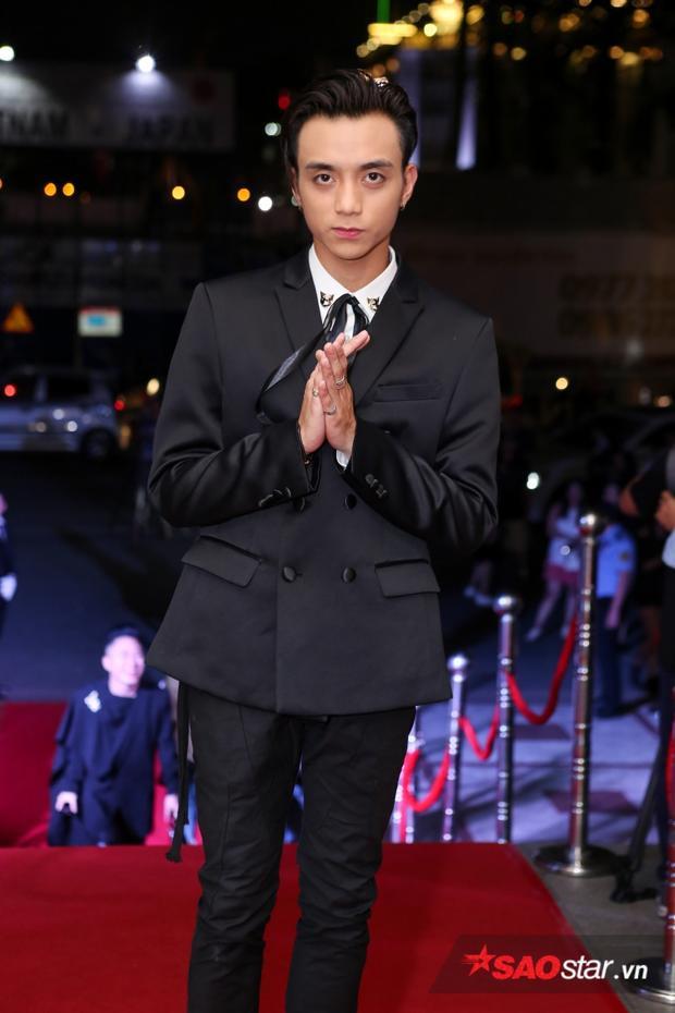 Soobin Hoàng Sơn lịch lãm với vest đen.