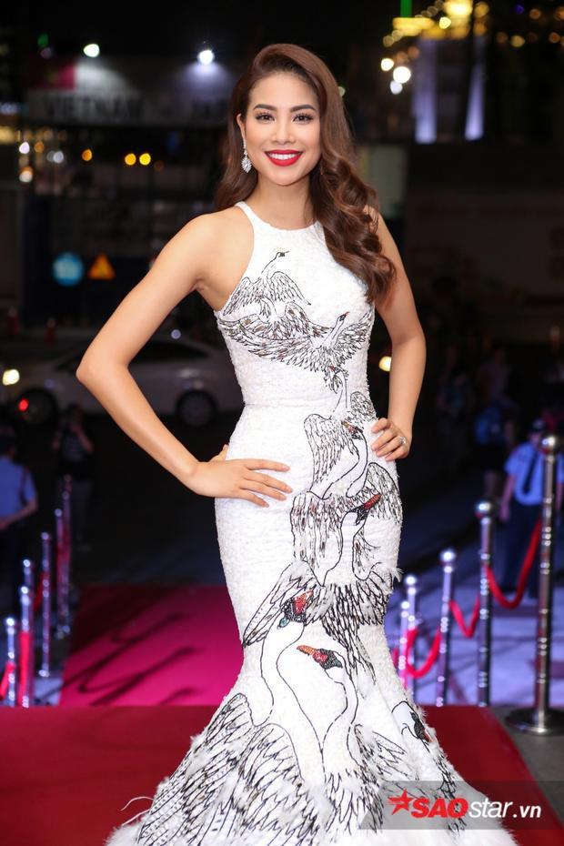"""Hoa hậu Phạm Hương khoe trọn hình """"chuẩn không cần chỉnh"""" trong chiếc đầm đuôi cá, được lấy cảm hứng từ vẻ đẹp thanh lịch và quý phái của loài thiên nga trắng. Đây cũng là chiếc đầm cô diện trên sân khấu chung kết Miss Universe 2015."""