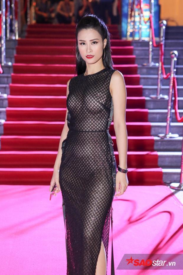"""Có thể nói năm 2016 là một năm """"thiên thời, địa lợi, nhân hòa"""" vớiĐông Nhi. Cô đã lao động miệt mài và đạt được vô số thành tích đáng nể. Ngoài tổ chức thành công liveshow kỷ niệm 8 năm ca hát,Đông Nhicòn được mời đảm nhận vị trí""""ghế nóng"""" chương trình Giọng hát Việt nhí 2016 và Giọng hát Việt 2017, đoạt giải thưởngNghệ sĩ châu Á xuất sắc nhất, """"thâu tóm"""" các giải thưởng âm nhạc trong nước, bên cạnh nhiều hợp đồng quảng cáo nổi tiếng."""