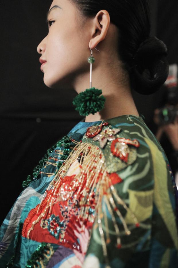 Những chi tiết đính kết tinh tế luôn thể hiện được đẳng cấp và sự sáng tạo vô biên của Thủy Nguyễn.