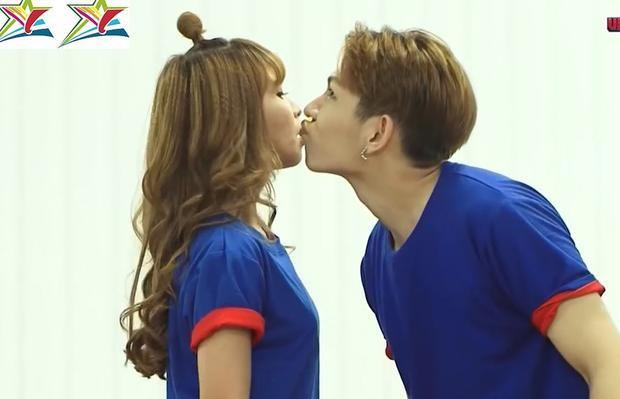 Có vẻ như hôn nhau nhưng chẳng bao giờ chịu dịu dàng nhỉ?